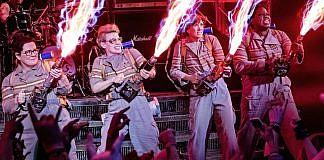 Imagem do filme Caça-Fantasmas, ou Ghostbusters, que mostra a nova equipe com canhões de próton ativados.