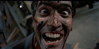 Imagem do filme Uma Noite Alucionante, ou Evil Dead 2. A imagem mostra Ash com olhos arregalados e um sorriso de pscipota, coberto de sangue.