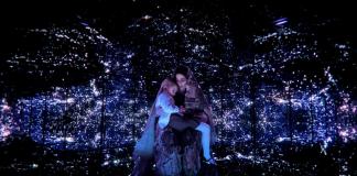 Imagem da série original da Netflix The OA, ou The Original Angel. A imagem mostra a protagonista em uma sala cósmica, no colo de uma entidade russa.