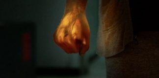 Imagem da série Punho de Ferro, ou Iron Fist, da Marvel e Netflix. A série faz parte do universo dos Defensores. A imagem mostra o punho brilhante de Danny Rand.
