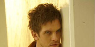 Imagem da série Legion, baseada no universo de X-men e feita pela Fox. A imagem mostra david, o protagonista, recostado em uma parede. Toda a imagem tem tons amarelos.