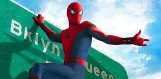 """Homem-Aranha, Peter Parker, pendurado em uma placa de trânsito com os dizeres """"Brooklyn"""", no filme Homem-Aranha: De Volta ao Lar (Homecoming)."""