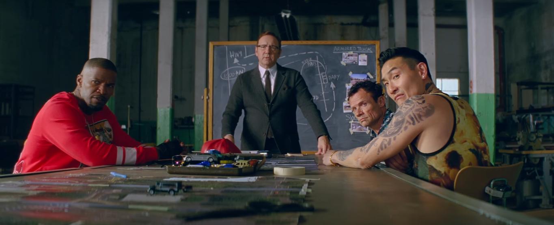 Um grupo de assaltantes se prepara no filme Em Ritmo de Fuga, ou Baby Driver, do diretor Edgar Wright