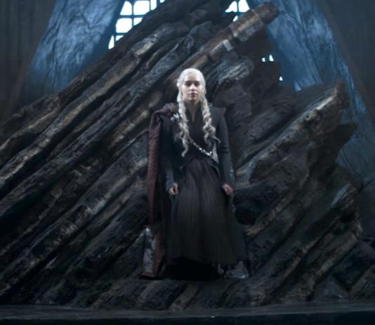 Daenerys no Trono de Ferro da Série Game of Thrones