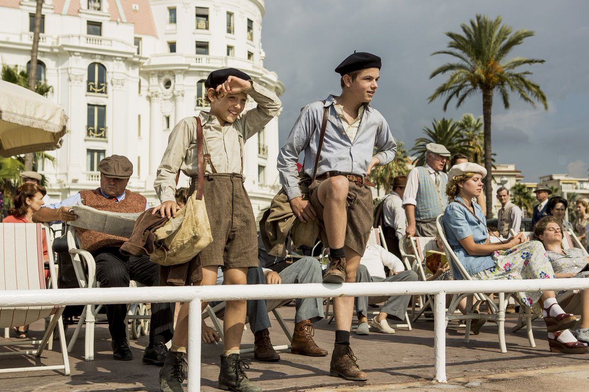 Cena de 'Os Meninos que Enganavam Nazistas', em que Joseph e Maurice chegam à cidade de Nice.