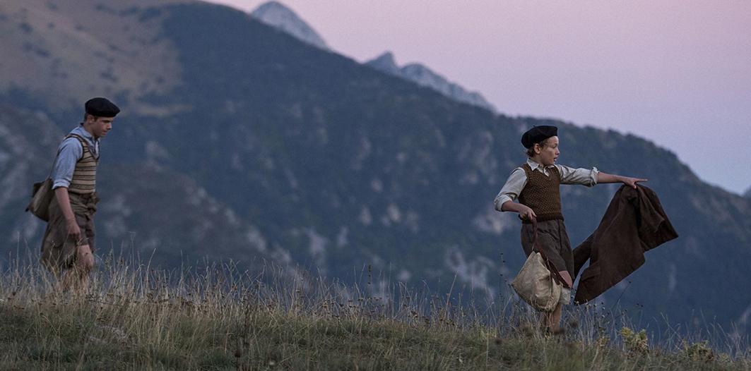 Cena de 'Os Meninos que Enganavam Nazistas', em que Joseph e Maurice andam pelas montanhas para ter menos chances de serem pegos.