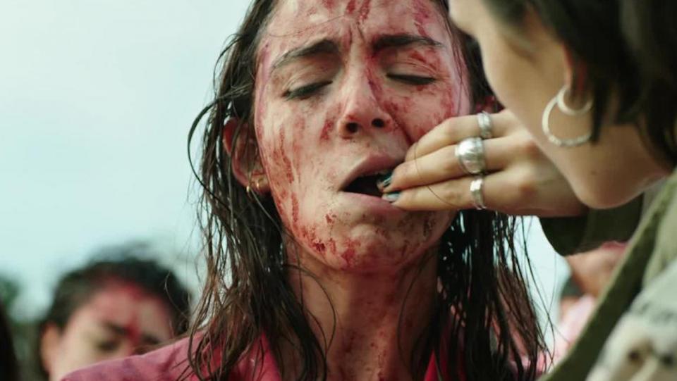 Um rim de coelho é colocado à força na boca de Justine por sua irmã Alexia, no filme 'Raw'.