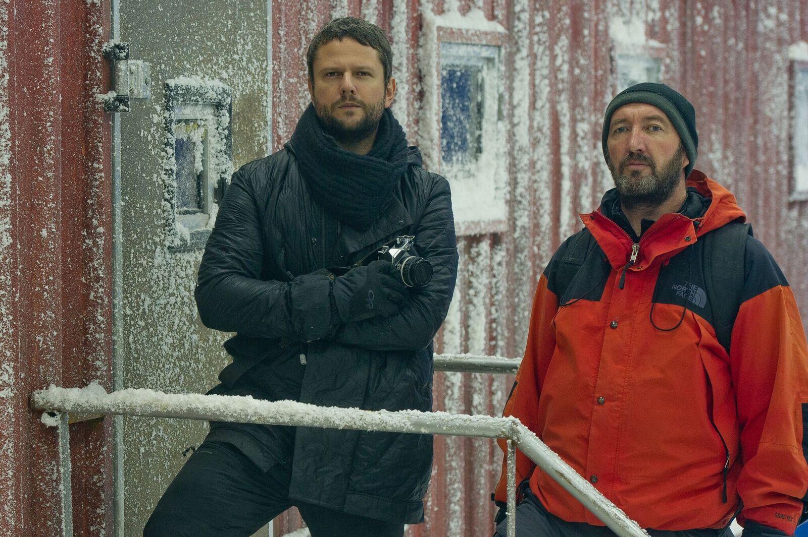 À esquerda, Cris (Selton Mello), à direita, Mark (Ralph Ineson), em cena do filme Soundtrack
