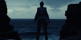 A personagem Rey olha para o oceano, em imagem do filme Star Wars The Last Jedi, Os Últimos Jedi