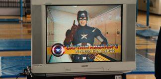 Televisão com vídeo do Capitão América, no filme Homem-Aranha De Volta ao Lar, Spiderman Homecoming