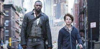 Cena do filme A Torre Negra, baseado nos livros The Dark Tower de Stephen King. Na cena, Roland Deschain, interpretado por Idris Elba, está do lado de Jake Chambers, interpretado por Tom Taylor.