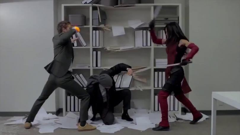 Cena de Os Defensores, ou The Defenders, série da Marvel e Netflix. Na cena, Matt Murdock está no chão enquanto Danny Rand e Elektra atacam um ao outro.