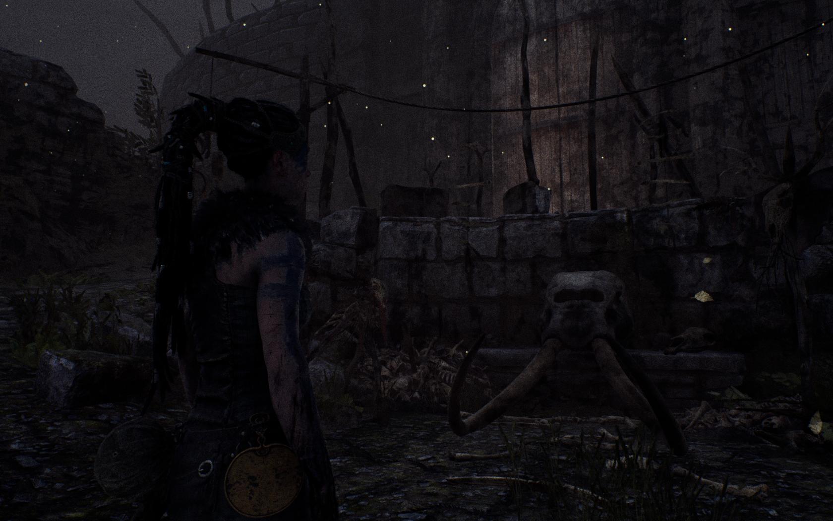 Cena de Hellbade: Senua's Sacrifice, da Ninja Theory, em que a protagonista feminina olha para um altar com o crânio de um elefante