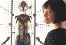 Imagem mostra Hope van Dyne (Evangeline Lilly) junto de seu uniforme de Vespa.