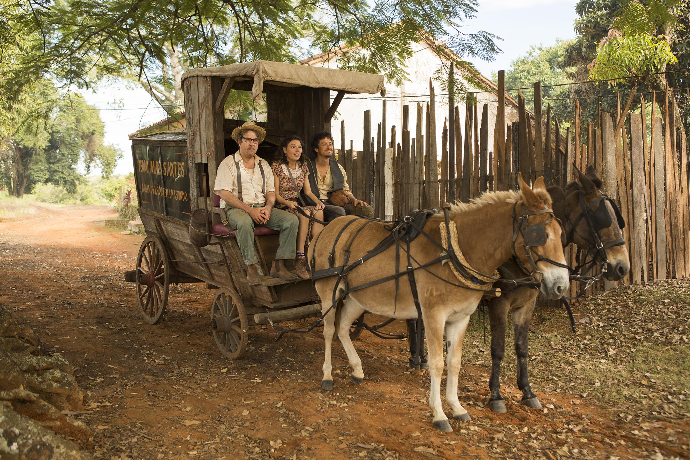 Imagem do filme Malasartes e o Duelo com a Morte, com Zé Candinho, Pedro Malasartes e Áurea em uma carroça - Foto de André Brandão