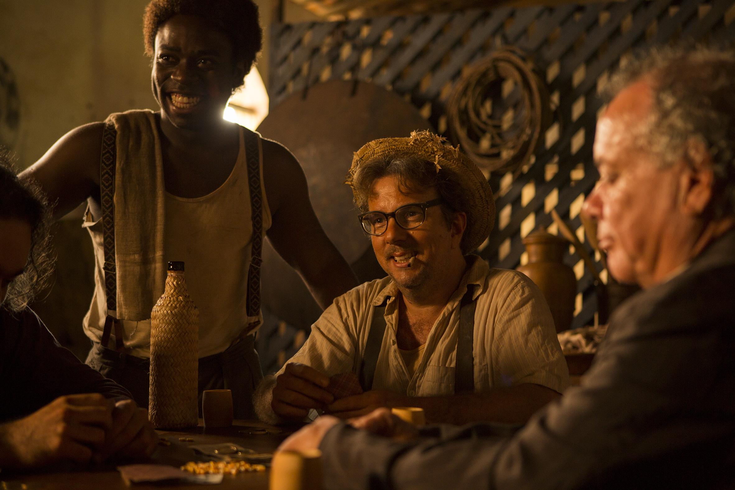 Imagem do filme Malasartes e o Duelo com a Morte, no bar, com o atendente negro Baco - Foto de André Brandão