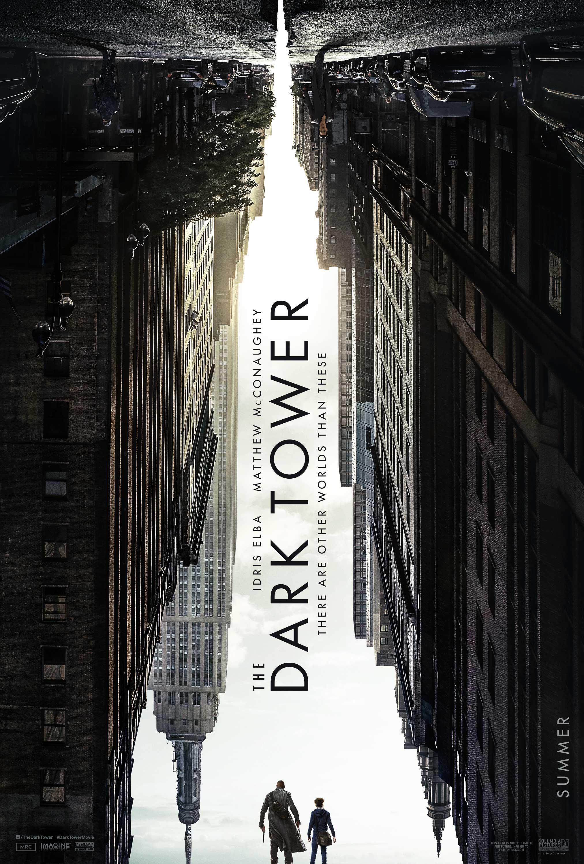 Pôster de A Torre Negra, ou The Dark Tower, filme baseado na obra de Stephen King. No pôster, o espaço entre os prédios de Nova Iorque faz com que o céu forme o contorno de uma torre.