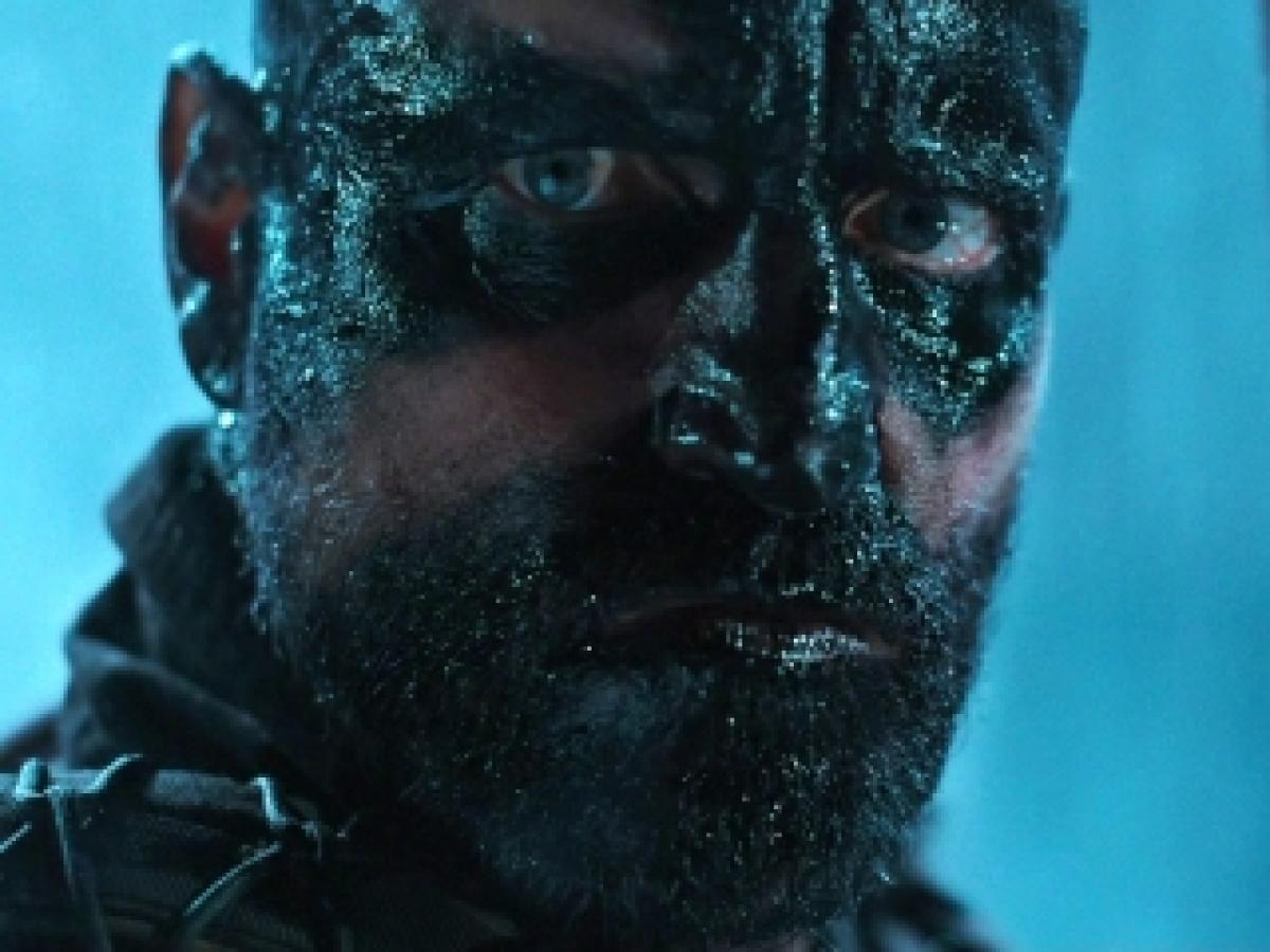 Cena do filme Planeta dos Macacos A Guerra, ou War for the Planet of the Apes, que mostra um close do Coronel, interpretado por Woody Harrelson