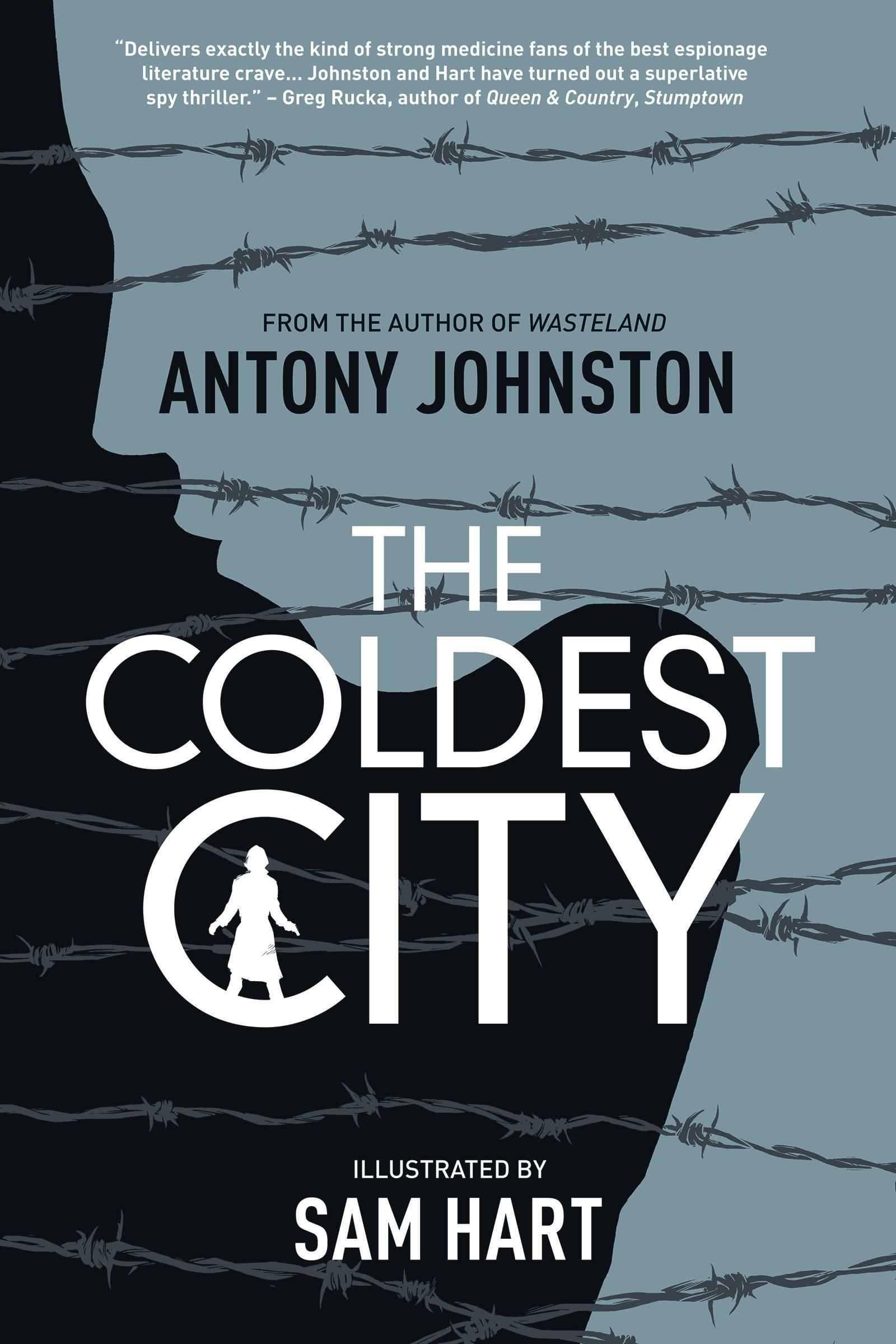 Capa original de The Coldest City, ou A Cidade Mais Fria, graphic novel de Antony Johnston e ilustrada por Sam Hart. A capa mostra uma silhueta feminina atrás de arama farpado.