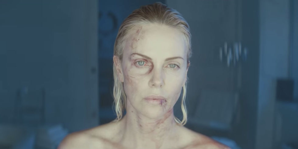 Cena do filme Atômica, ou Atomic Blonde, baseado no quadrinho A Cidade Mais Fria, ou The Coldest City. Na imagem, Lorraine Broughton, interpretada por Charlize Theron, mostra o rosto cheio de hematomas e feridas.