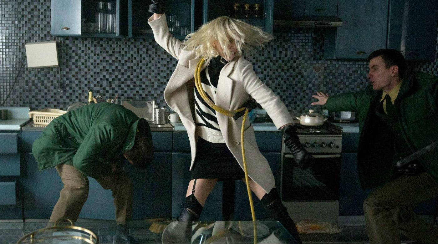Cena do filme Atômica, ou Atomic Blonde, baseado no quadrinho A Cidade Mais Fria, ou The Coldest City. Na imagem, Lorraine Broughton, interpretada por Charlize Theron, luta contra dois policiais.