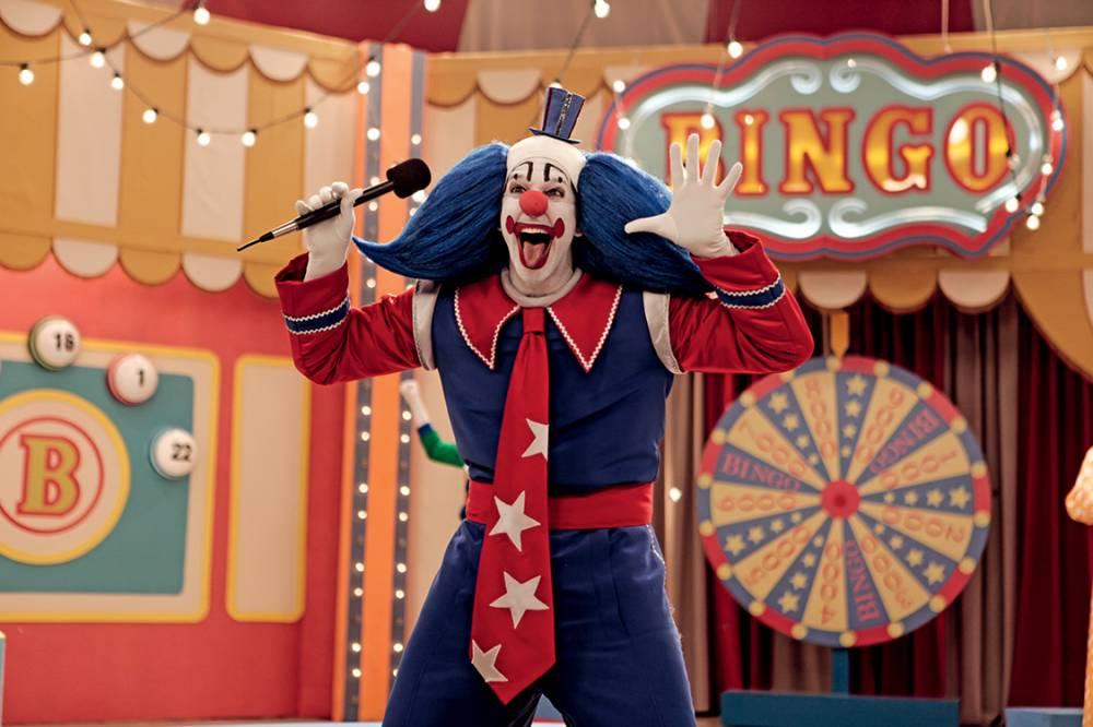 Bingo em seu programa de TV, no filme Bingo - O Rei das Manhãs, inspirado no palhaço Bozo da década de 80.