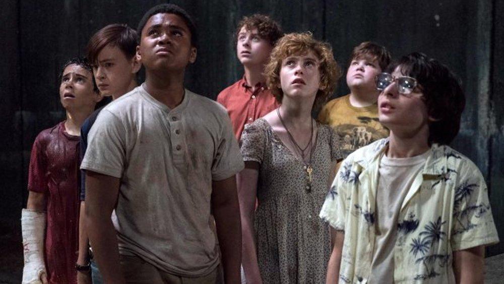 Imagem de divulgação do filme It - A Coisa, baseado no livro de Stephen King. A imagem mostra o Clube dos Otários, as sete crianças que lutam contra Pennywise.