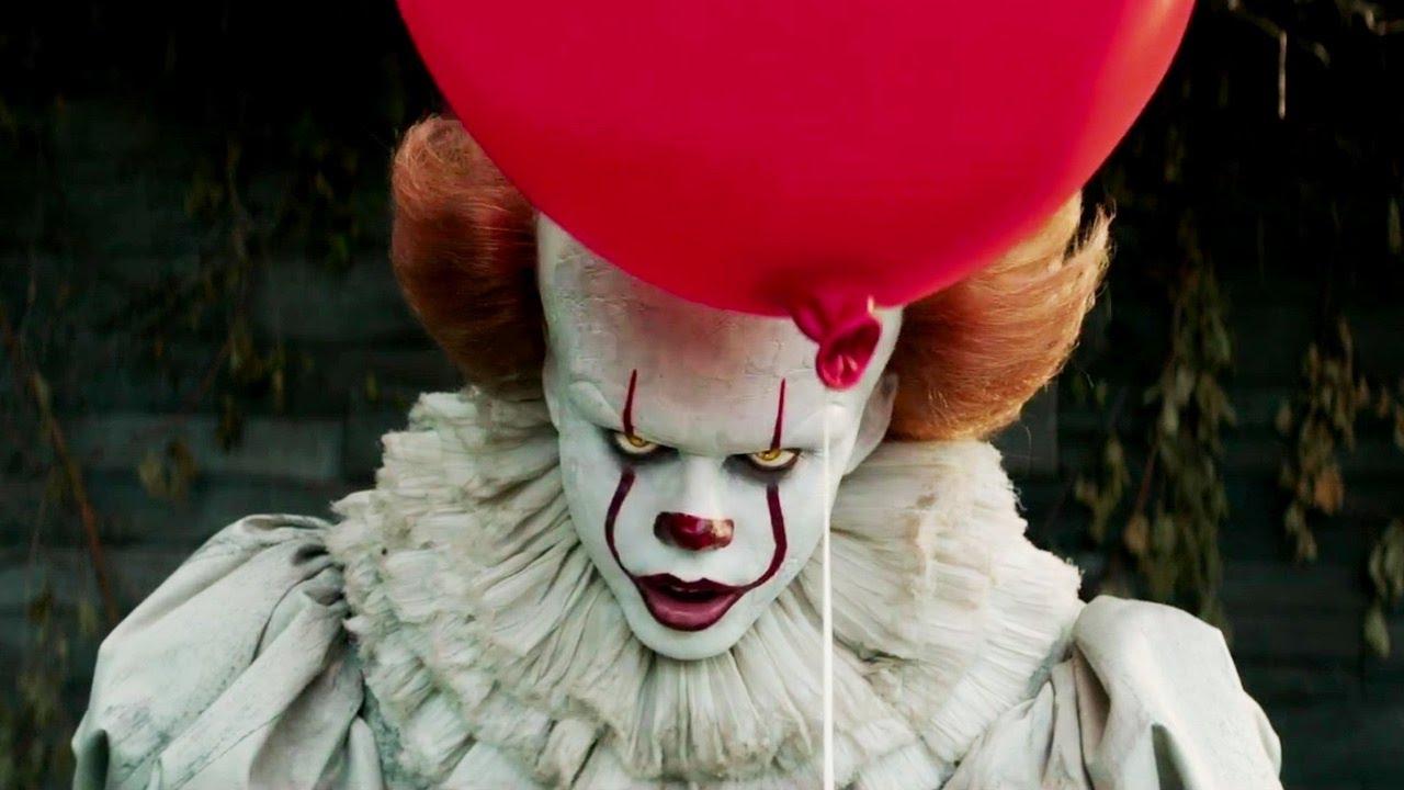 Imagem do filme It - A Coisa, baseado no livro de Stephen King. A imagem mostra o rosto ameaçador de Pennywise, segurando um balão vermelho e olhando para a tela,