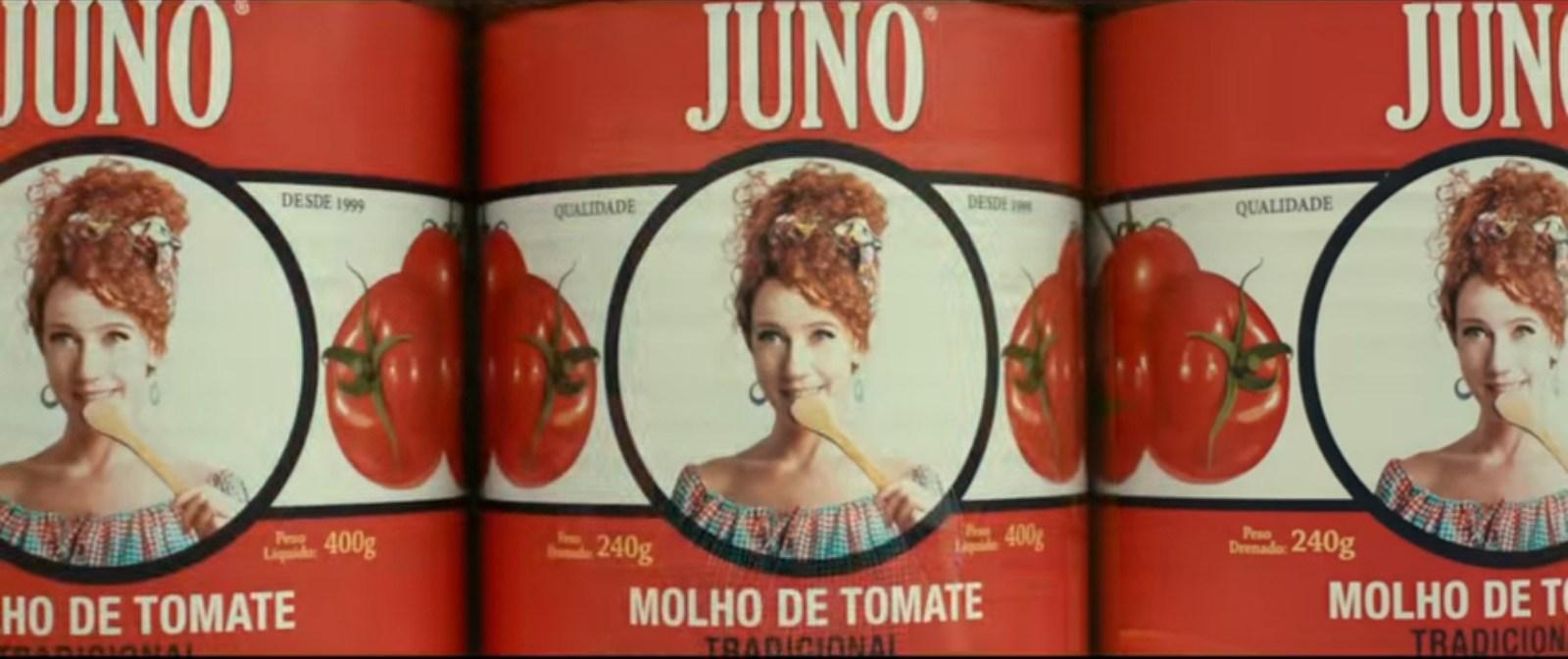 """Imagem de Divórcio contém três latas do molho de tomate """"Juno"""", que foi criado por Noeli (Camila Morgado) e Julio (Murilo Benicio)"""