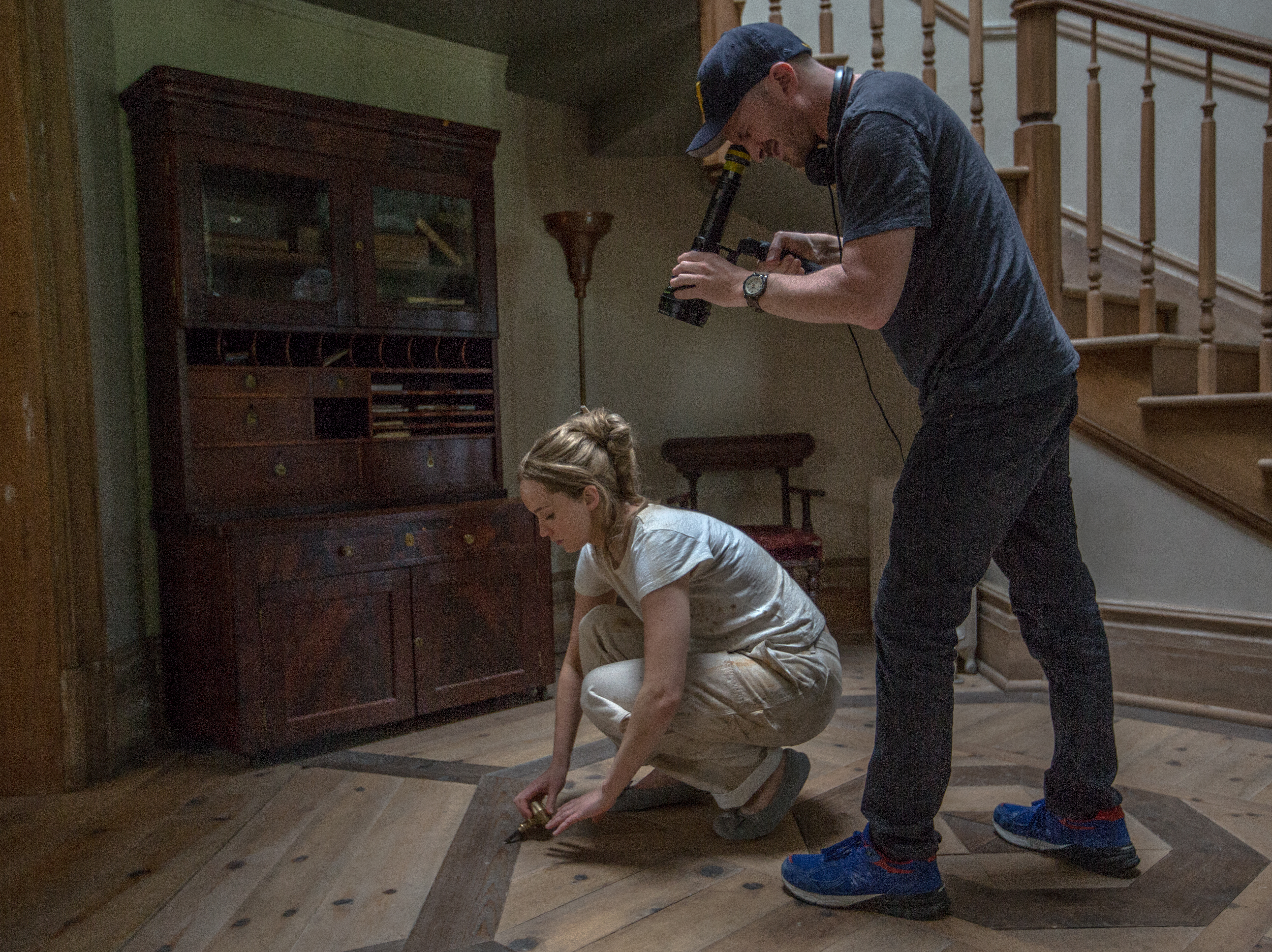 Cena de bastidores de Mãe!, ou mother!. Jennifer Lawrence é filmada de perto por Darren Aronofsky, que está com uma câmera nas mãos.