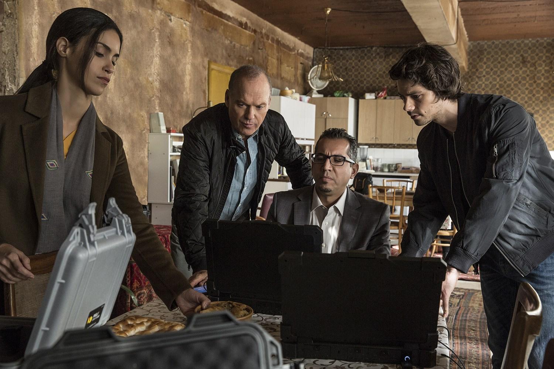 Cena de O Assassino: O Primeiro Alvo, com Michael Keaton e Dylan O'Brien.