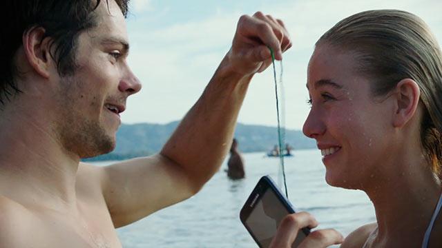 Cena de O Assassino: O Primeiro Alvo, em que o protagonista Rapp pede a namorada em casamento, em uma praia de Ibiza.