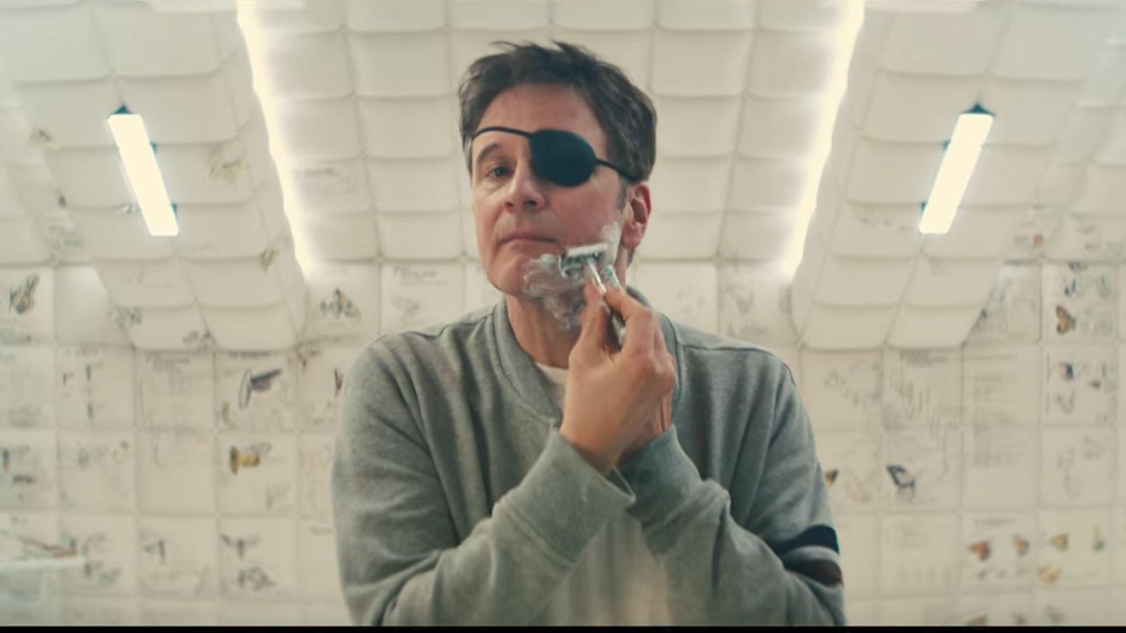 Imagem de Kingsman 2: O Círculo Dourado mostra Harry (Colin Firth) fazendo a barba diante de um espelho e usando um tapa-olho no olho esquerdo.