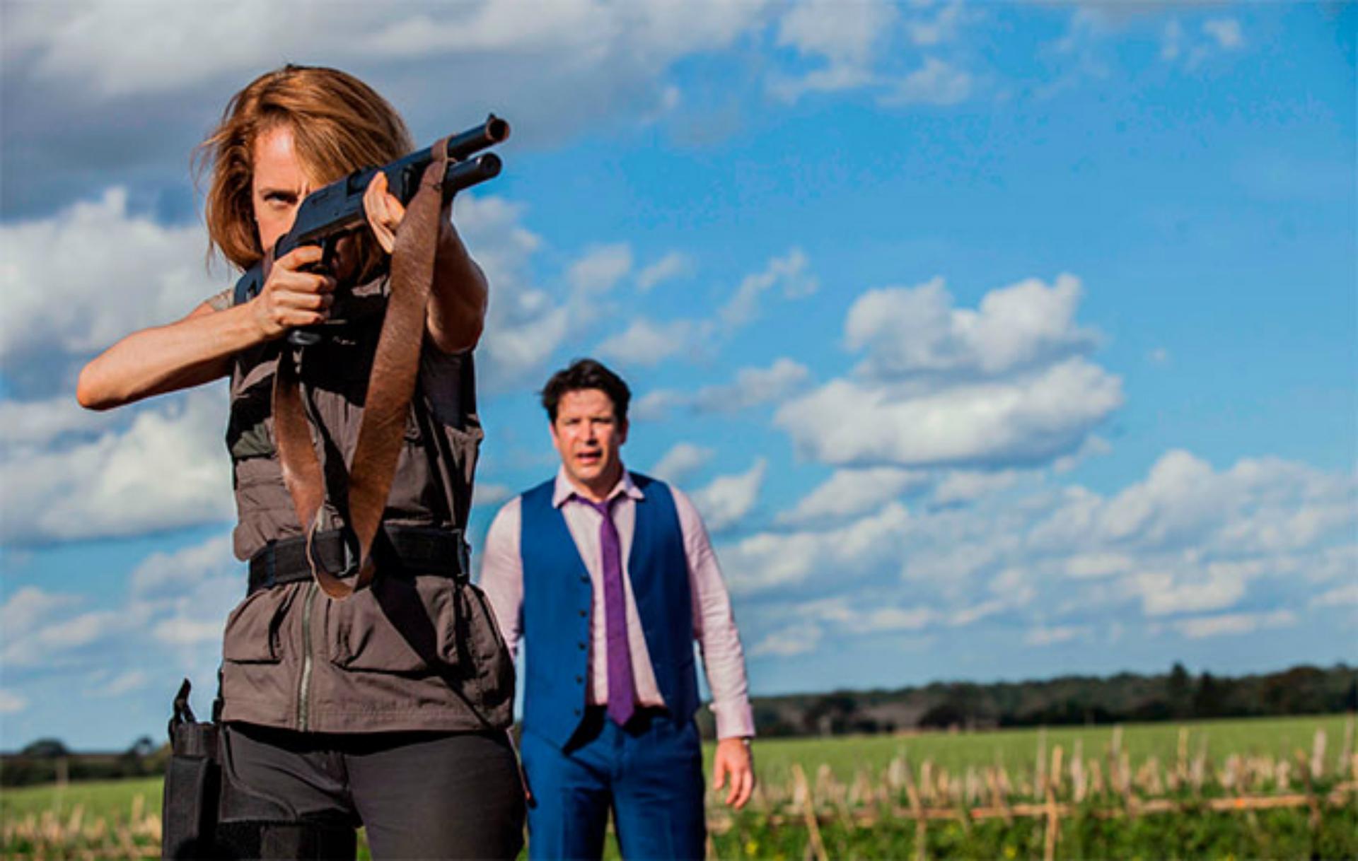 Imagem divulgação Divórcio mostra Camila Morgado apontando uma arma para o canto da tela enquanto Murilo Benício aparece assustado atrás dela.