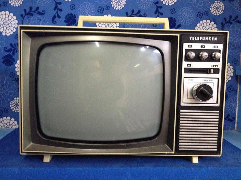 Aparelho televisor antigo (TV) Telefunken completamente analógico.