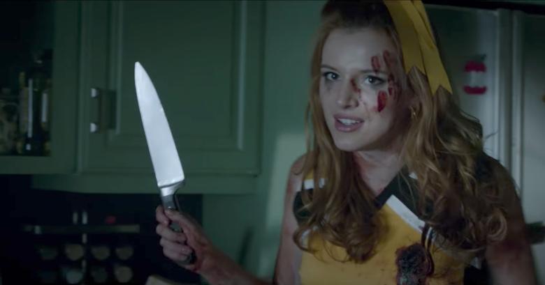 Imagem do filme A Babá, ou The Babysitter, a nova produção original da Netflix. A imagem mostra Allison, interpretada por Bella Thorne, segurando uma faca com roupa de líder de torcida.
