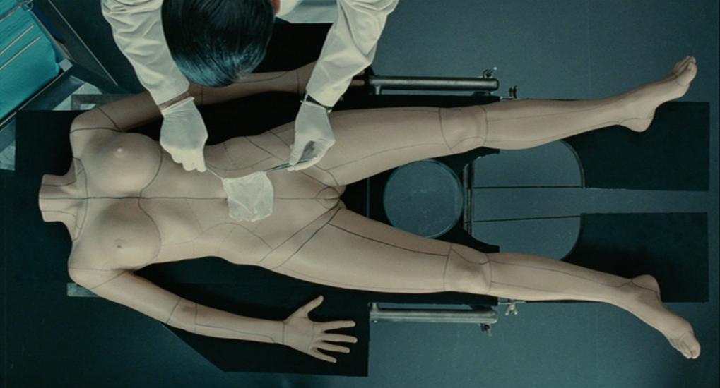 Imagem do filme A Pele que Habito, ou La Piel que Habito, ou ainda The Skin I Live In. A imagem mostra um cirurgião trabalhando em um molde humano.