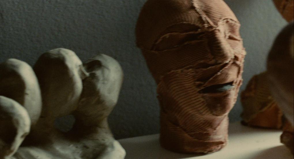 Imagem do filme A Pele que Habito, ou La Piel que Habito, ou ainda The Skin I Live In. A imagem mostra pequenos modelos de cabe;as humanas, recobertos de bandagens.