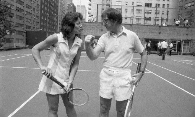 Billie Jean King e Bobby Riggs, tenistas que protagonizaram a partida de tênis que 'A Guerra dos Sexos' conta.