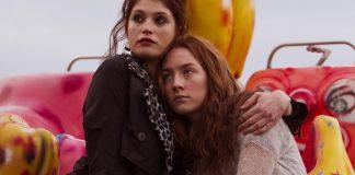 Imagem do filme Byzantium - Uma Vida Eterna. A Imagem mostra Eleanor e Clara, mãe e filha, abraçadas em um parque de diversões, com vestígios de sangue em suas roupas.