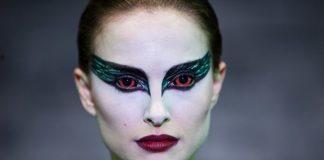 Imagem do filme Cisne Negro, ou Black Swan. A imagem mostra um close do rosto de Natalie Portman maquiada como bailarina que interpreta Cisne Negro.