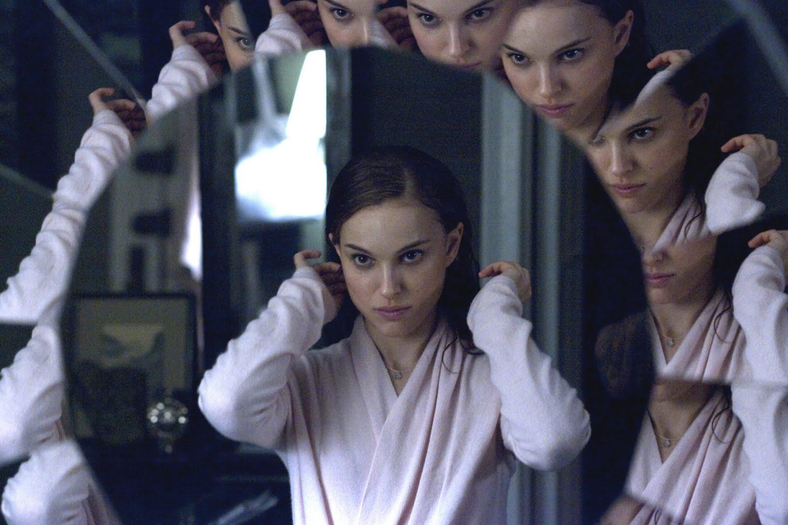 Imagem do filme Cisne Negro, ou Black Swan. A imagem mostra um close do rosto de Natalie Portman refletida muitas vezes em um espelho com várias superfícies.