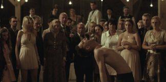 Imagem do filme polonês Demon, de Marcin Wrona. A imagem mostra o noive sem camisa e se contorcendo no meio de uma recepção de casamento, rodeado de convidados.
