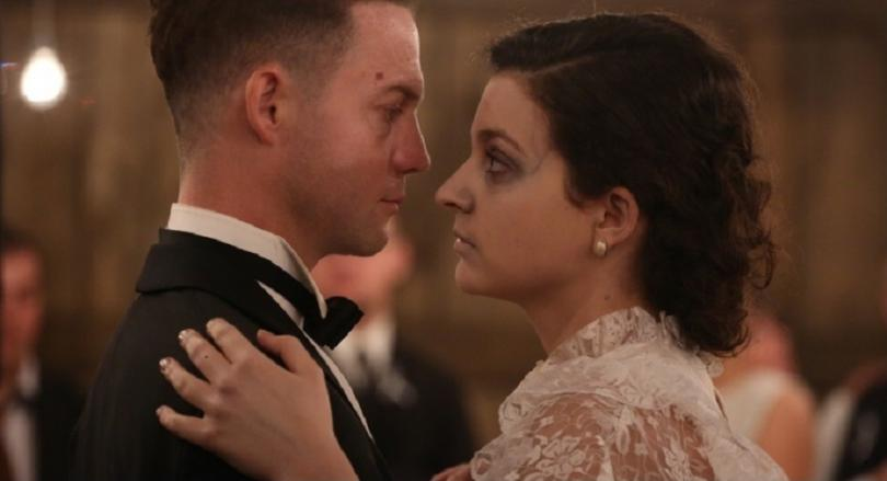 Imagem do filme polonês Demon, de Marcin Wrona. A imagem mostra o noivo dançando com uma mulher pálida e de olheiras marcadas.
