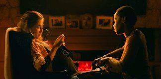 Imagem do filme As Boas Maneiras, parte do Festival do Rio de 2017. A imagem mostra duas mulheres sentadas em poltronas em uma sala.