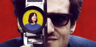 Imagem promocional de 'O Formidável', em que o cineasta Jean-Luc Godard (Louis Garrel) segura uma câmera, na lente da qual vemos a atriz Anne Wiazemsky (Stacy Martin), também sua esposa.