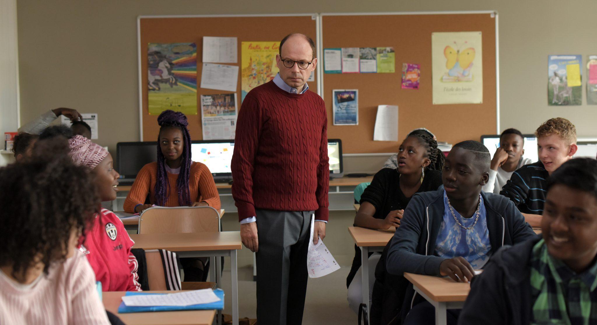 Cena de O Melhor Professor da Minha Vida, com o professor Foucault no meio de sua turma.