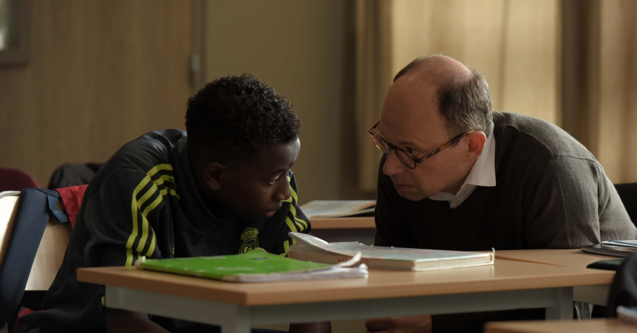Cena de O Melhor Professor da Minha Vida, em que o professor Foucault e o aluno Seydou tentam se entender em uma conversa mais intimista.