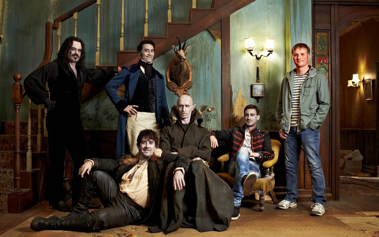 Imagem do filme O Que Fazemos nas Sombras, ou What we Do in the Shadows. A imagem mostra uma foto de família com cinco vampiros e um humano, Stu.