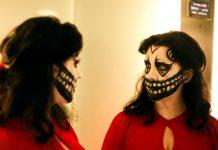 Cartaz do filme Prevenge, parte da seleção do Festival do Rio 2017. A cena mostra uma mulher grávida, de vestido vermelho e rosto pintado como uma caveira, se olhando no espelho.